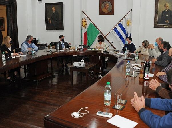 En un hecho inédito, el presidente Lacalle visitó la sede de la Federación Rural