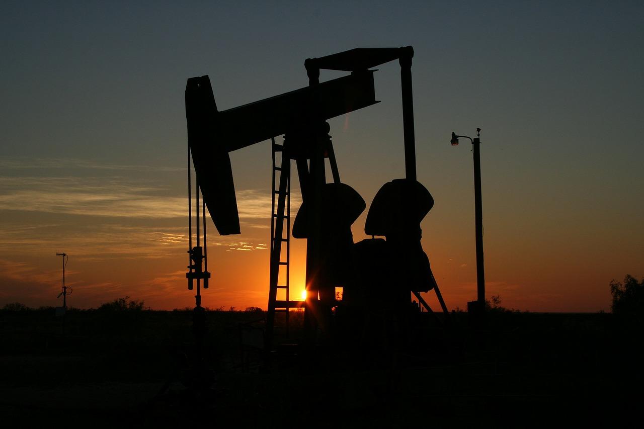 """Según la tendencia del barril Brent y del dólar, el 1° de octubre """"debería bajar nuevamente"""" el combustible"""