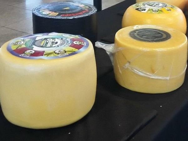 Feria de quesos con pocos compradores